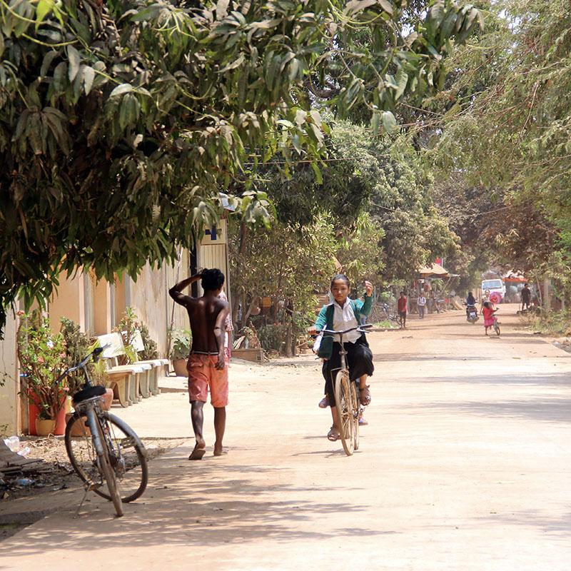 Cambodge village rue enfants velo - Apogée Voyages
