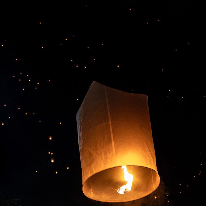 loy krathong lampion nuit apogée voyages